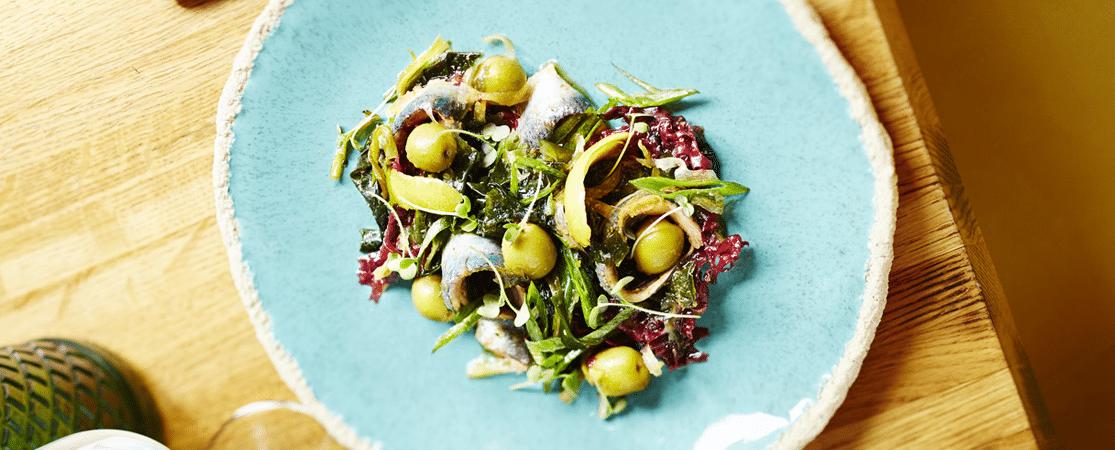 Olives vertes d'Espagne et sardines aux algues en salade