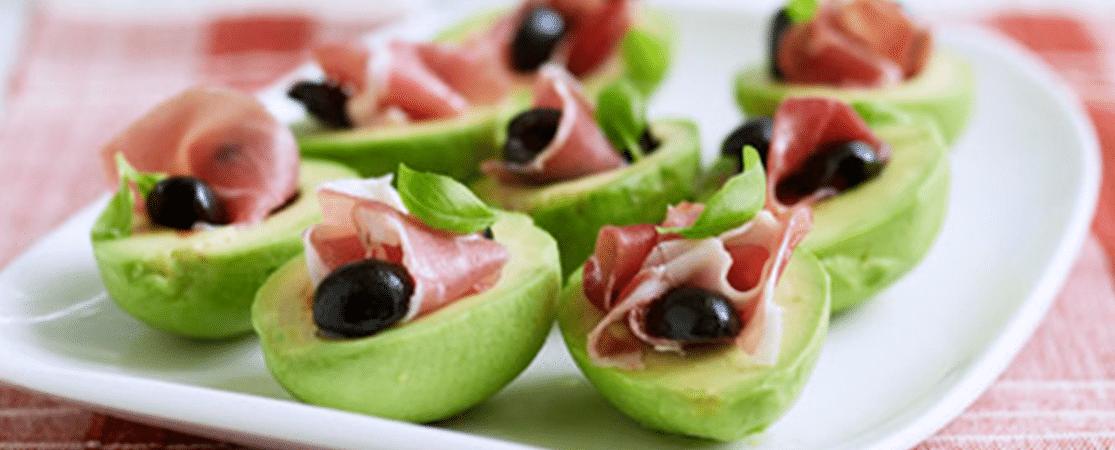 Mini-avocats farcis au jambon Serrano et aux olives noires