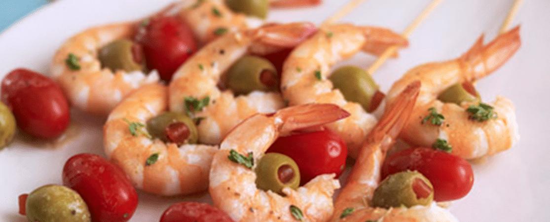 Crevettes en brochette avec des olives et des tomates
